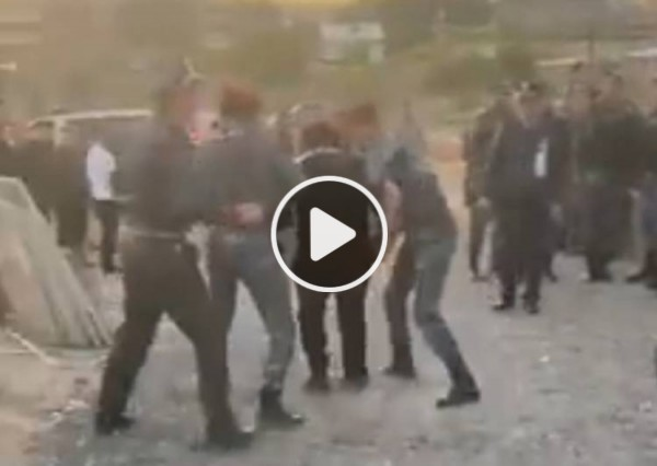 Երեխաների աչքի առաջ քաշքշելով և գետնին պառկեցնելով բերման են ենթարկել նրանց հորը (Տեսանյութ)