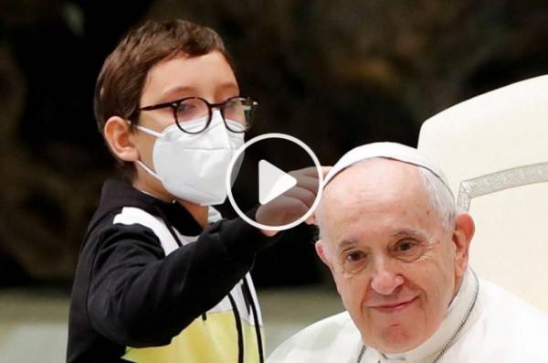 10-ամյա տղան ընդհատել է Հռոմի պապի ելույթը՝ փորձելով վերցնել նրա գլխարկը (Տեսանյութ)